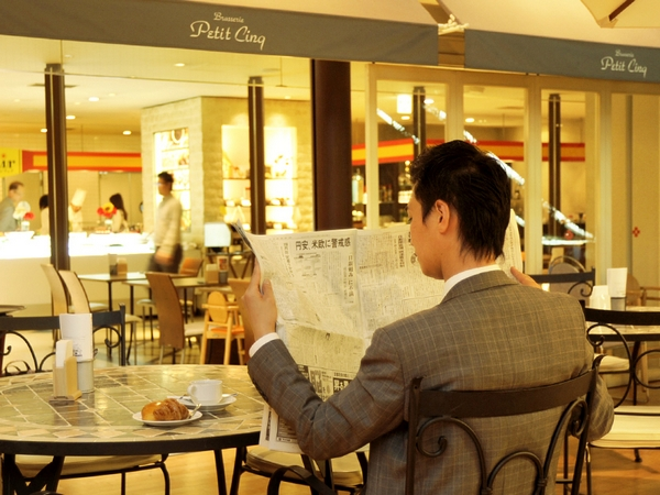 ご朝食レストラン「ブラッセリー・プチサンク」のテラス席でニュースをチェック♪