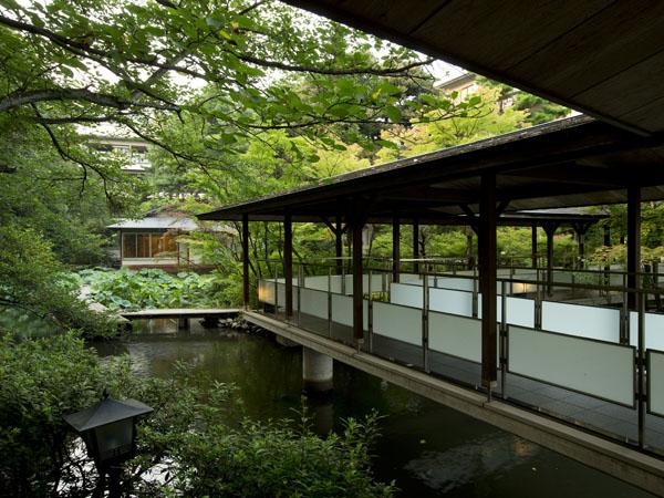 【日本庭園】松泉湖に架けられたエントランスへと続く回廊