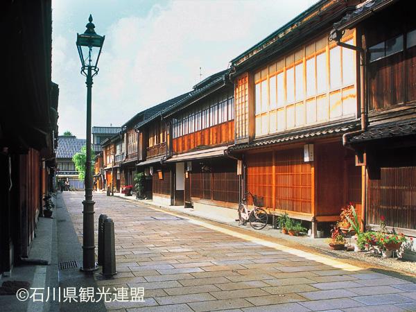【東茶屋街】格子がある古い街並みが残る町©石川県観光連盟