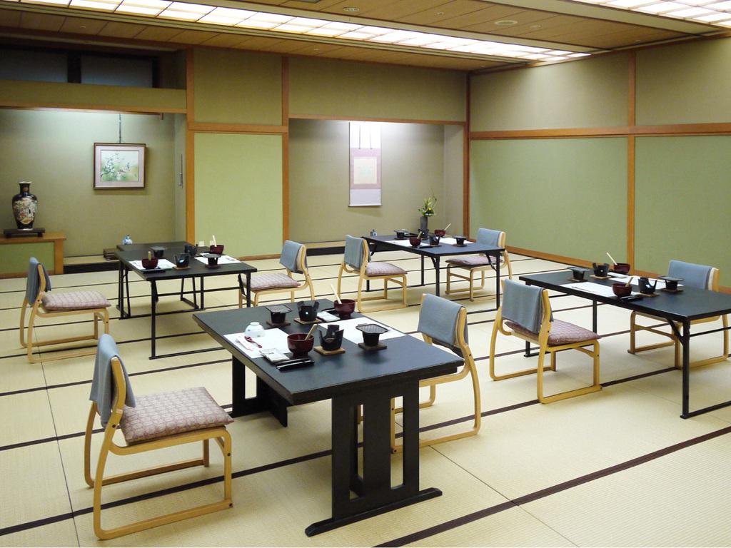 大広間で1組様ごと椅子テーブル席をご用意します。