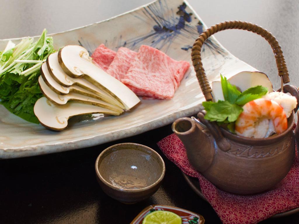 松茸と和牛のしゃぶしゃぶ、土瓶蒸しが付いた金澤懐石です