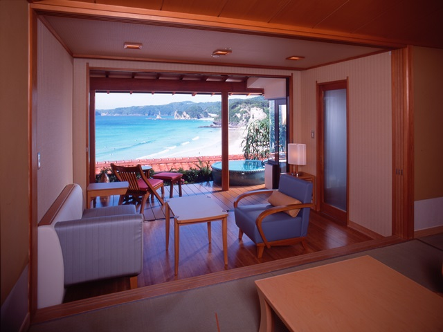 落ち着いた和の雰囲気 信楽焼の露天風呂付き客室