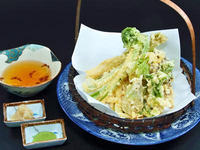ほろ苦い山菜の天ぷらで春を感じるひとときを…