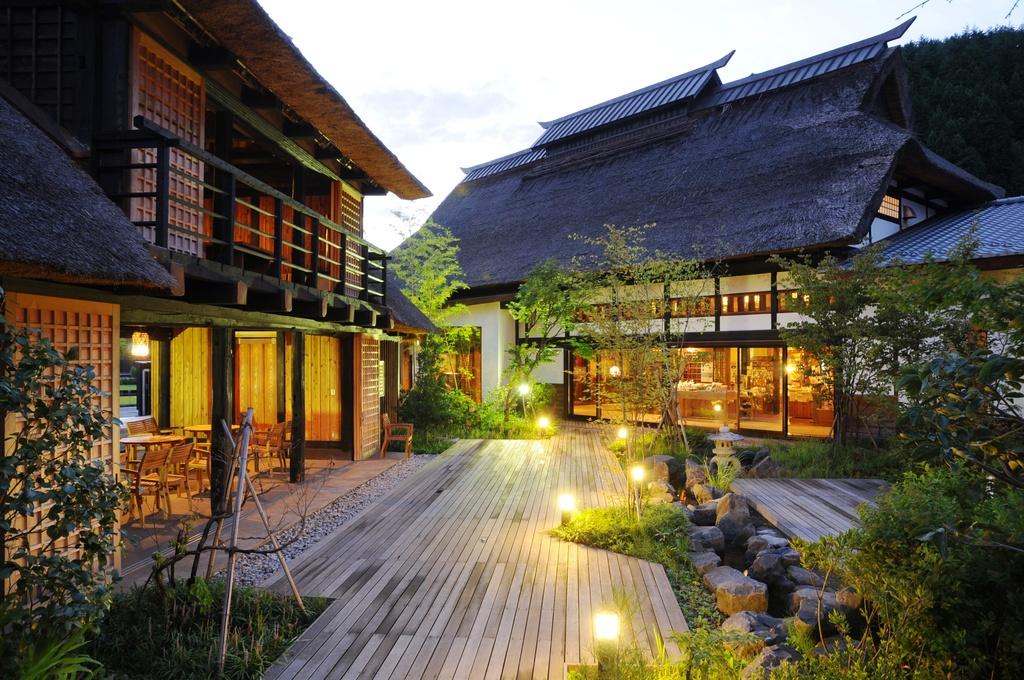 かやぶき家屋と日本の原風景が皆様をお出迎え致します。