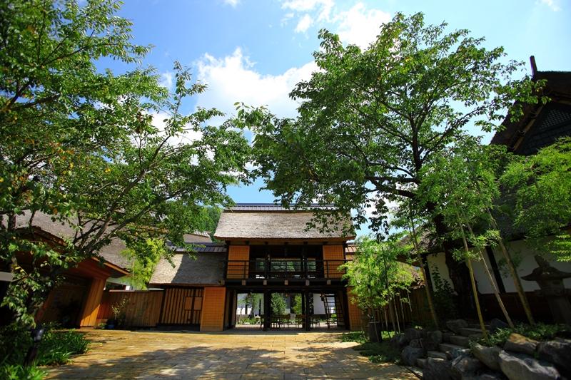 かやぶき家屋と日本の原風景が皆様をお出迎え致します
