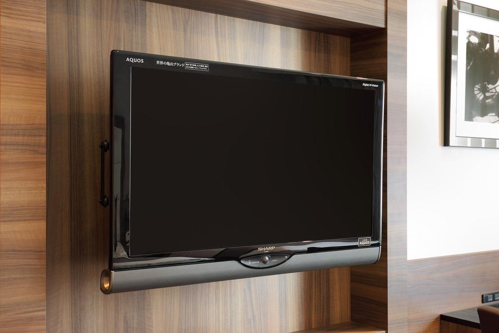 シングルは26インチ、ダブル&ツインは32インチテレビを採用。※写真の壁掛式テレビはダブルルーム。