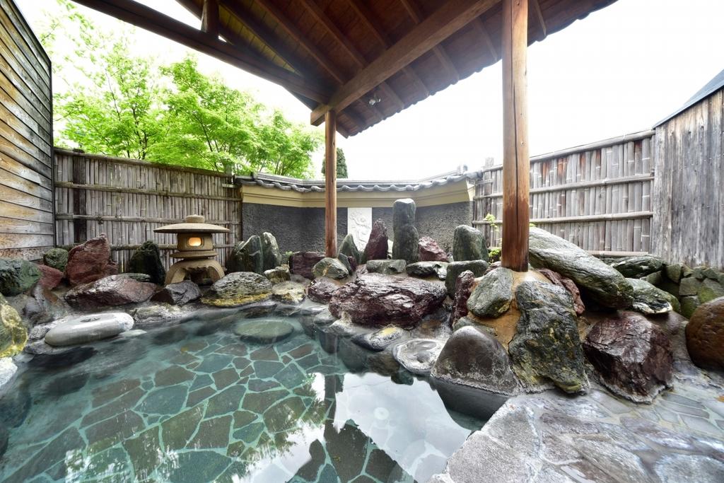 岩づくりの露天風呂(男女別)