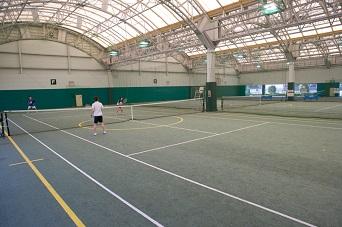 雨も安心なインドアテニスコート