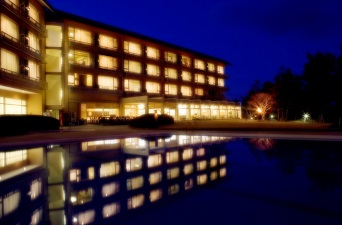 プールからのホテル外観
