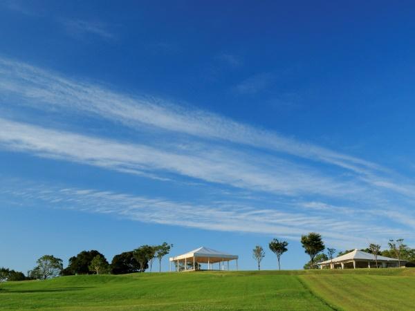 青い空と緑の芝生・・・NEMUが広大な敷地の中にあることを実感いただけます