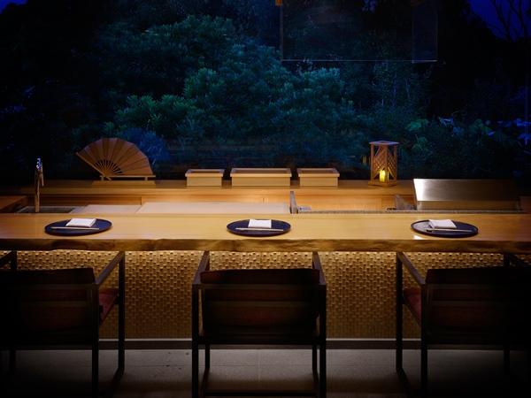 【割烹カウンター】料理人たちが目の前で調理する出来立ての料理を臨場感たっぷりにお愉しみいただく割烹カウンター席