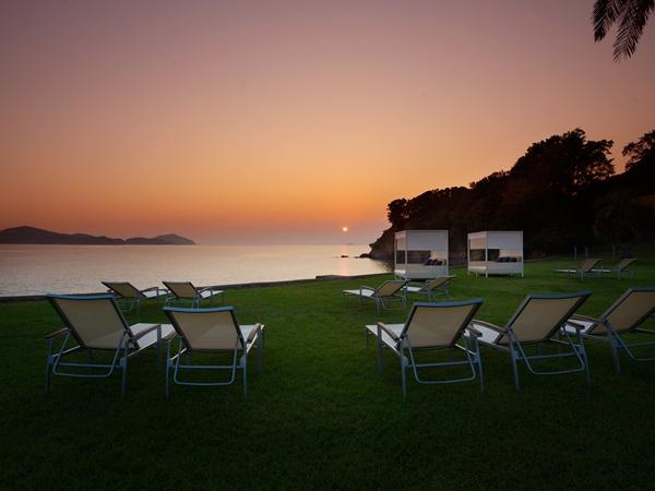 【夕日に染まる浜】夕刻時間帯、世界が最も美しく染まる瞬間をご覧いただけます