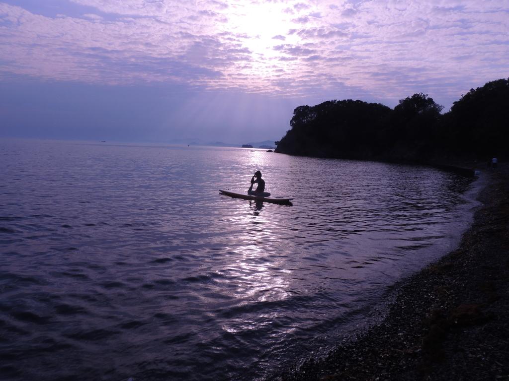 【SUPヨガ】SUPを使用し、水の上でバランスを取りながら行うヨガプログラム
