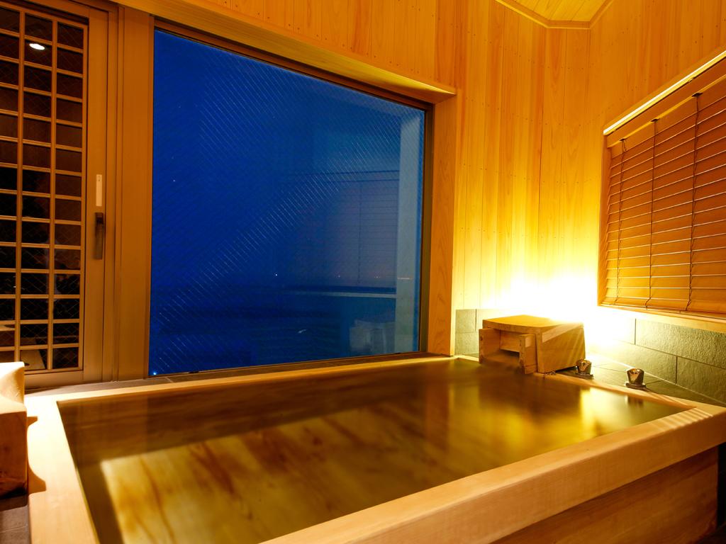 【特別フロア「里楽」グランデルームA(展望檜風呂付)】美しい海をご覧いただける展望檜風呂