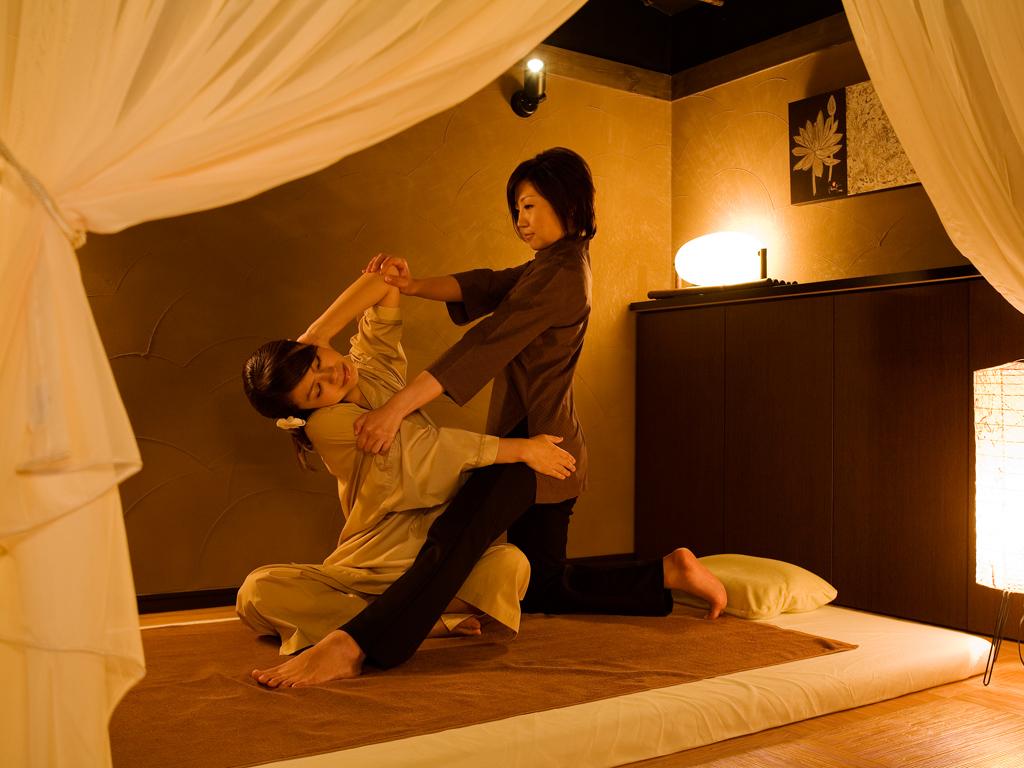 【ASHIYAバンクンメイ】二人で行うヨガの異名を持つ至極のタイ古式マッサージ