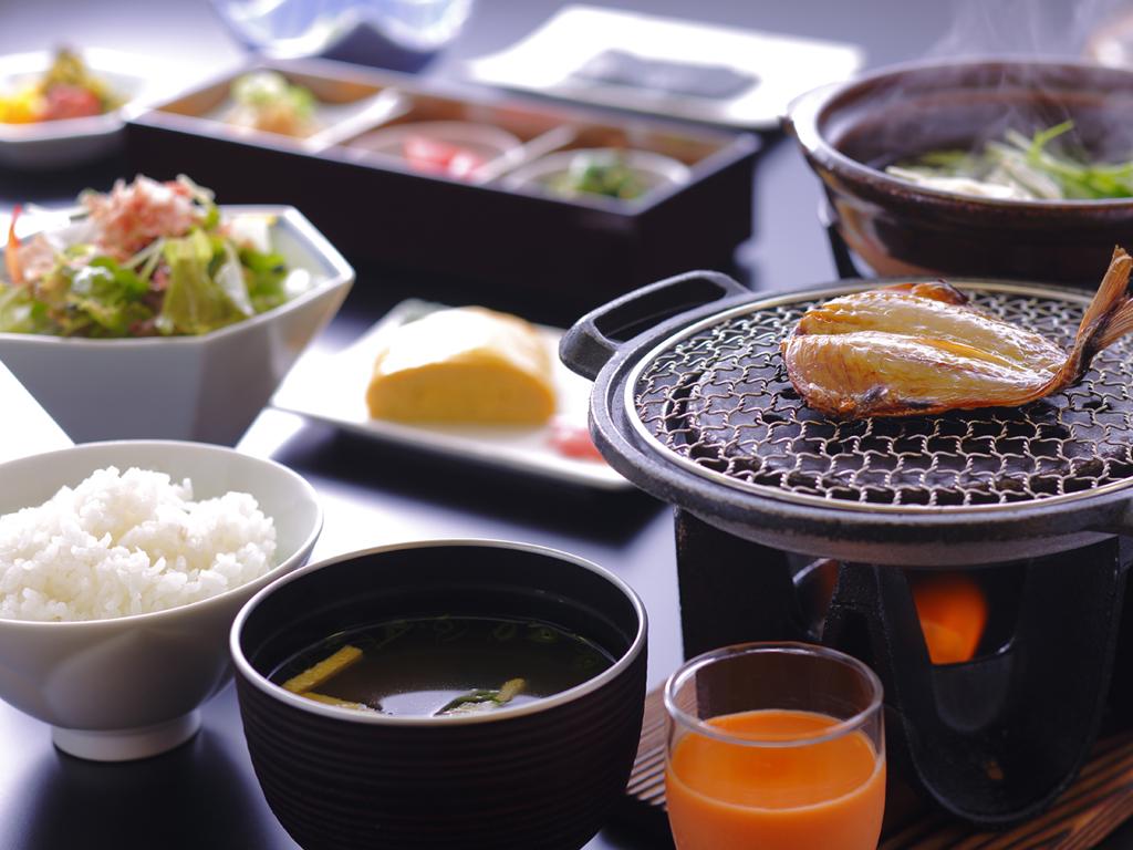 作り立てのだし巻き卵や小鉢三種など品数豊富な和朝食(イメージ)