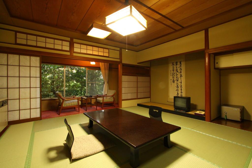 松風苑(旧館) アウトバスタイプです。お風呂は自慢の八幡温泉をご利用ください