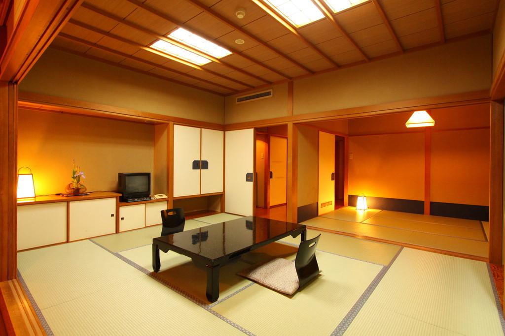 全室10畳+6畳の広々2間続きの本館客室をご用意。