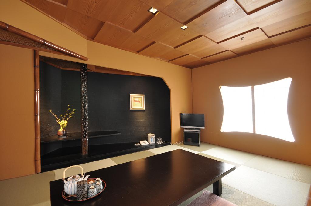 【回廊の間・Corridor Room】