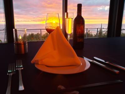 夕日を眺めながらディナーをご堪能ください。