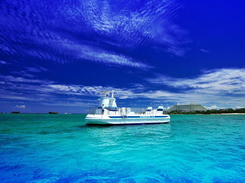 サブマリンJr.IIで、美しい沖縄の空と海の青に包まれて