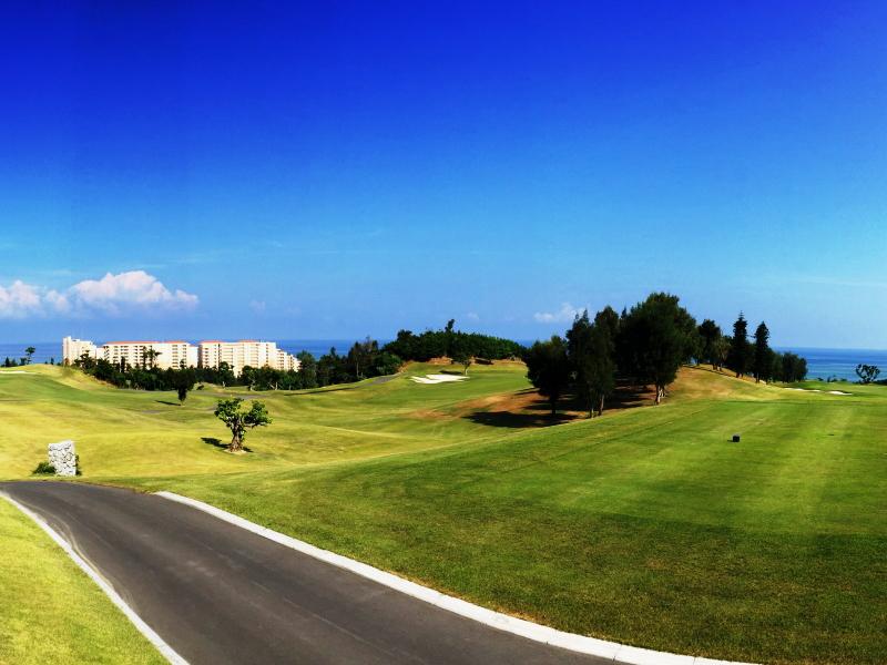 ゴルフコースから望むホテル外観