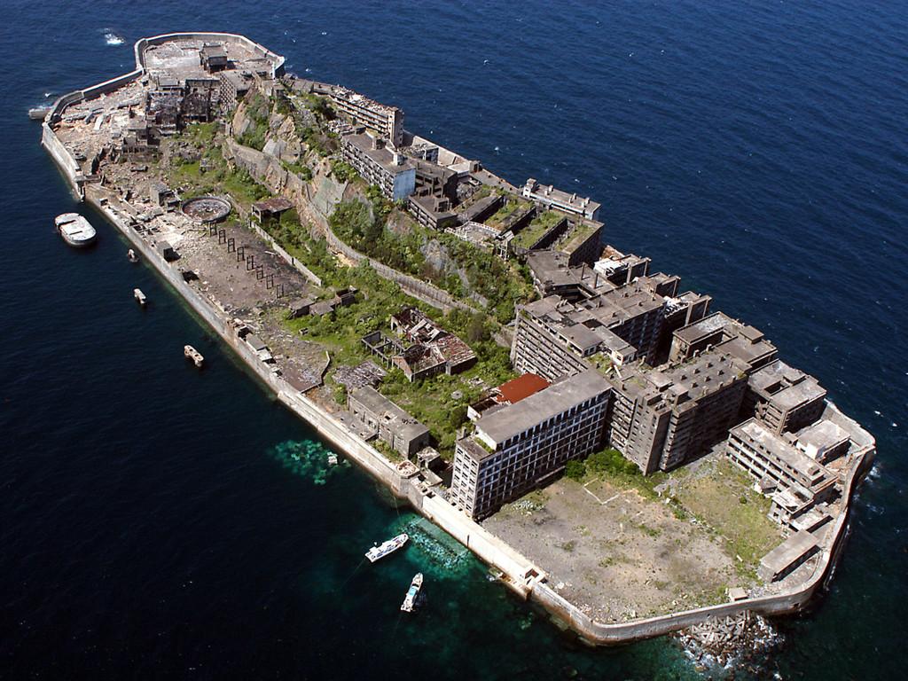 かつては炭鉱で栄えていた端島、通称「軍艦島」。