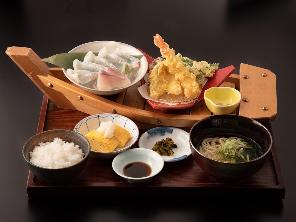 鮮魚のお造りと海鮮天ぷらを船に盛り付けた「網元漁師御膳」