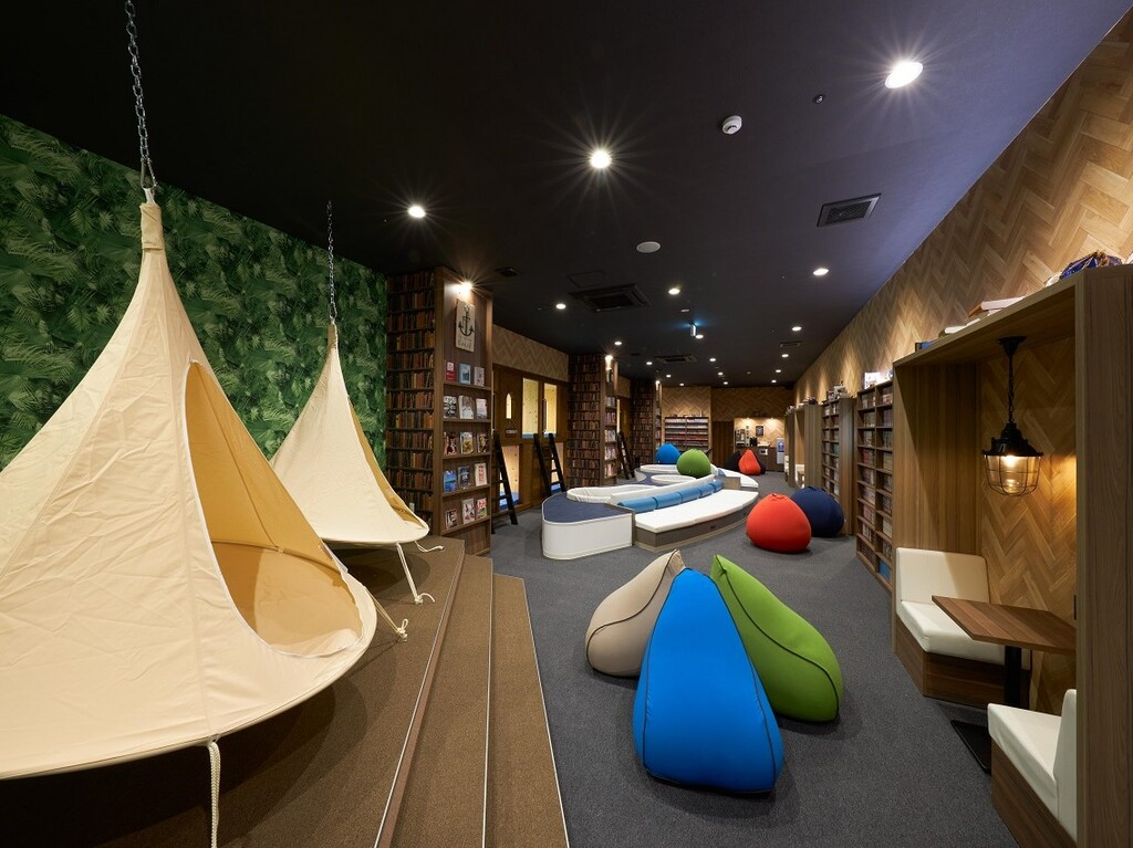 ヒーリングラウンジには 個室の寝転びキャビンや テント型ハンモックも!
