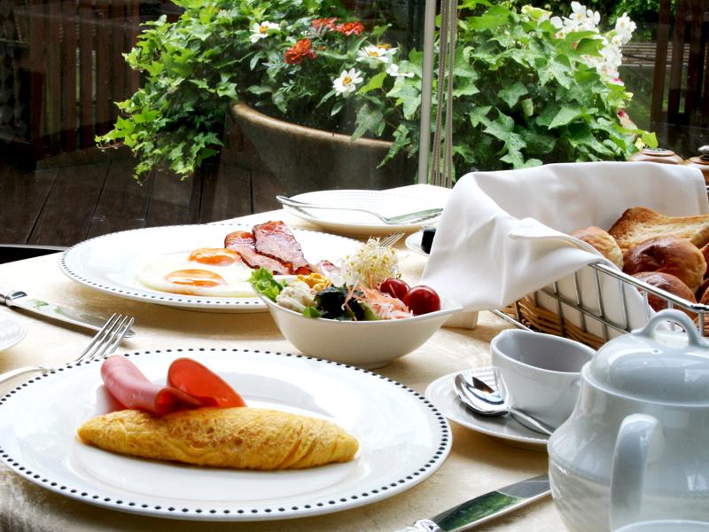 中庭に臨むレストランで爽やかな朝食を