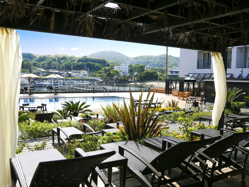 日除け屋根&カーテン付カバナでリゾートプールならではのラグジュアリータイムを(画像はカバナ大)