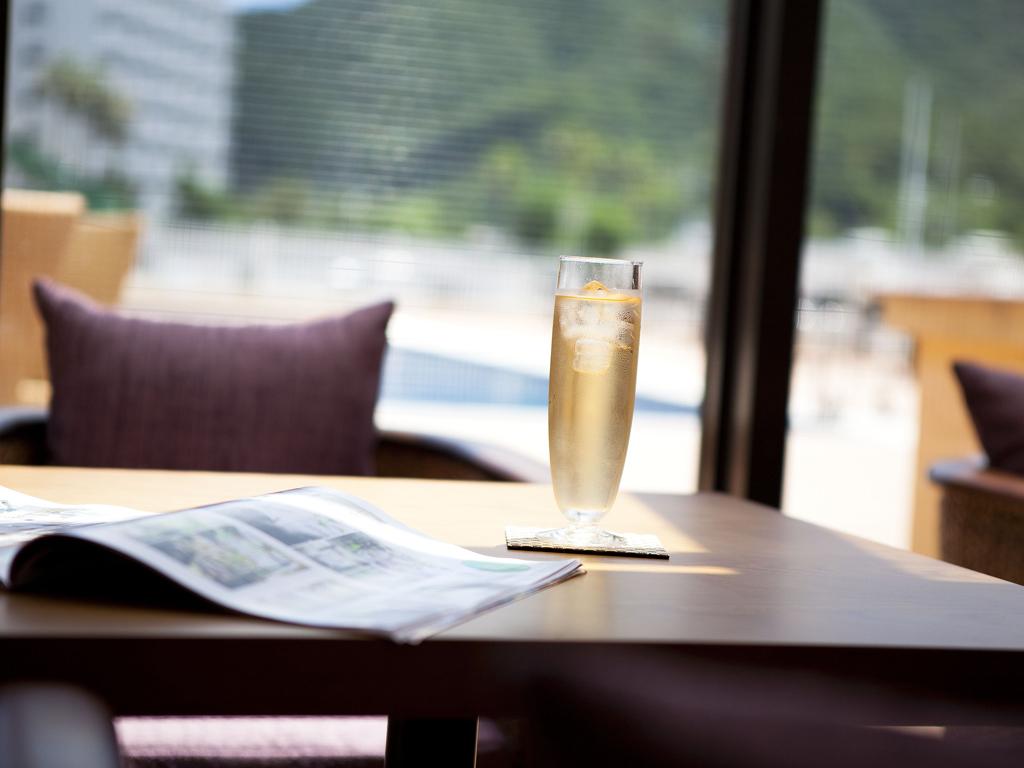 降り注ぐ陽の光を浴びながらオープンカフェで寛ぎのティータイム・・・<br>淡路島でのご滞在をごゆっくりとお楽しみ下さい