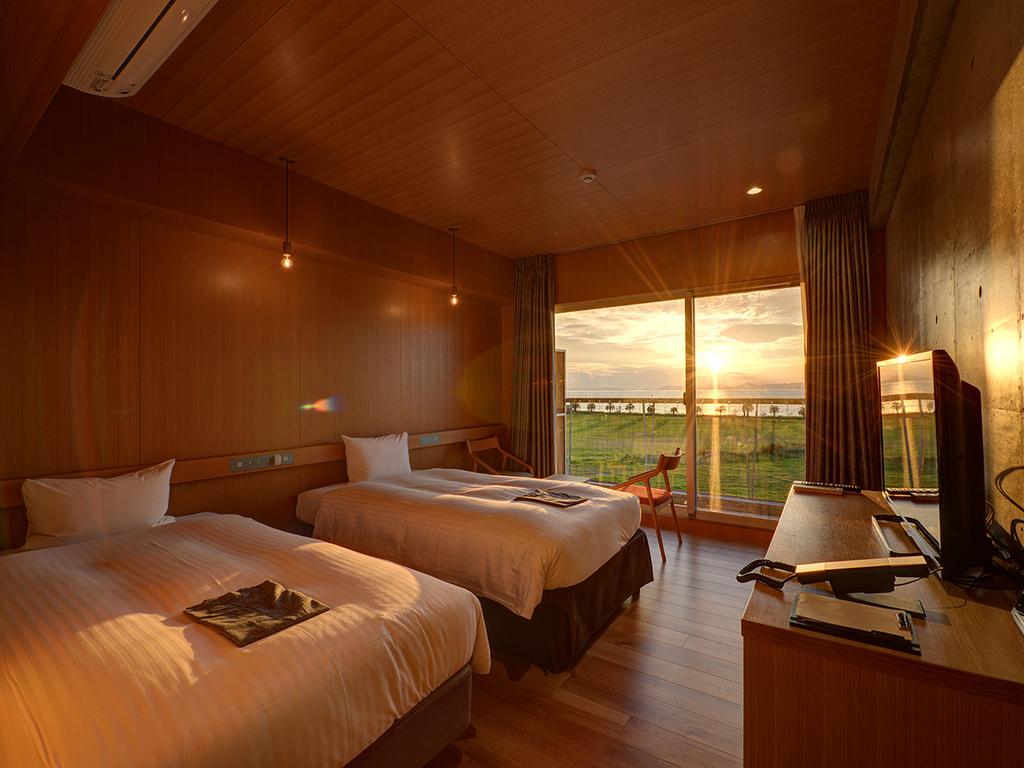 *【新館ネスト-サンセットビュー】窓の外に広がる夕景にうっとり。夜は大阪湾と神戸の夜景も。