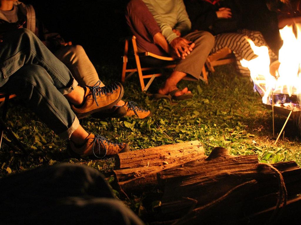 【ファイヤーピット】気軽に焚き火が楽しめると好評のアイテム。炎の揺らめきに癒されながら…。