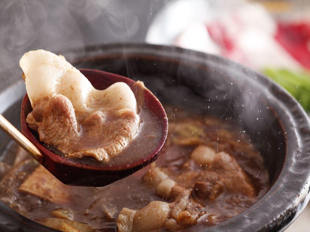 煮込めば煮込むほどに柔らかくなるお肉は臭みがなく旨味たっぷりで、ひとくち食べると身体の芯から温まります。