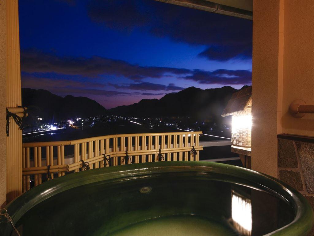 最上階から当館一押しの眺望を楽しみながらの湯浴みは格別です