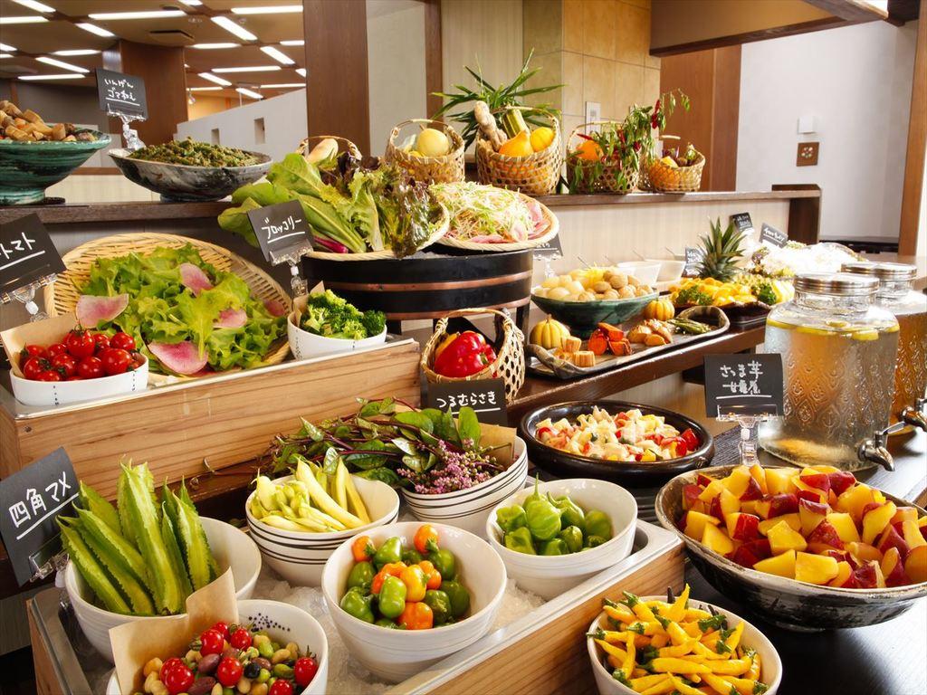 播磨の若手農家さんたちが手塩にかけて育てた、こだわりの新鮮な 野菜サラダやお惣菜など食べ放題!