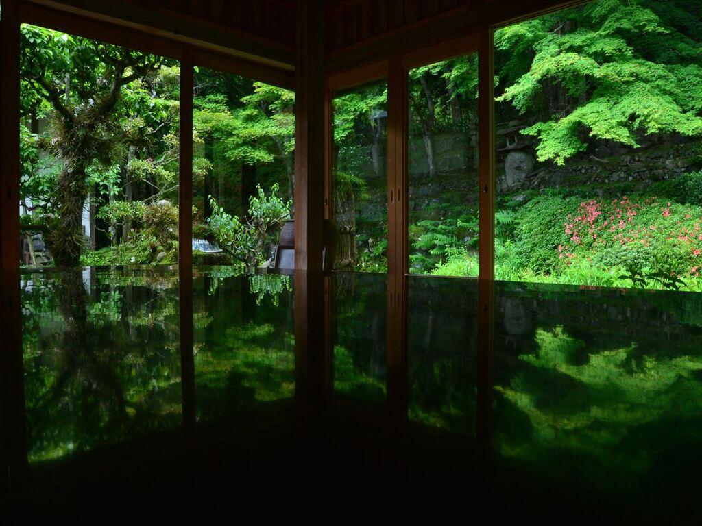 山の斜面を利用し、大小の石を巧みに重ねあわせた江戸時代前期の名勝 應聖寺庭園