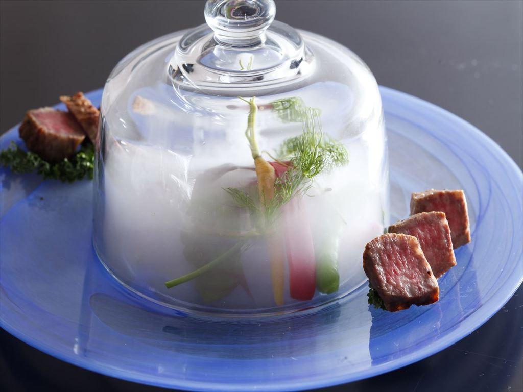 この夏、料理長渾身の特選料理は、地元ブランド牛「姫路和牛」を目と舌でお楽しみ頂ける逸品をご用意。