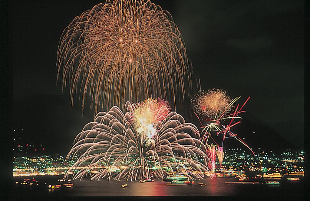 関門海峡の美しい夜景を舞台に海峡の両岸から打ち上げられる計1万3千発の華麗な花火が見物客を魅了します。