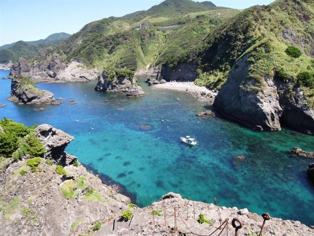ヒリゾ浜は船でしか行くことの出来ない楽園。伊豆地区で最も水の美しい海水浴場です。