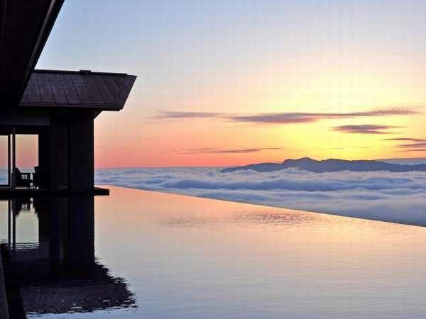 ○アクアテラスの水盤の向こうに広がる雲海