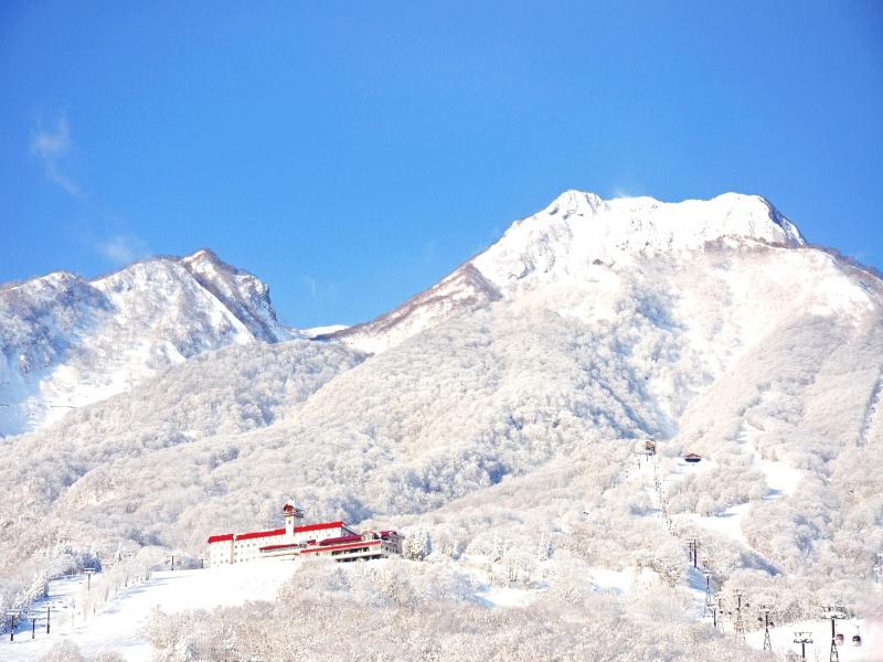 妙高山とホテル〜冬。