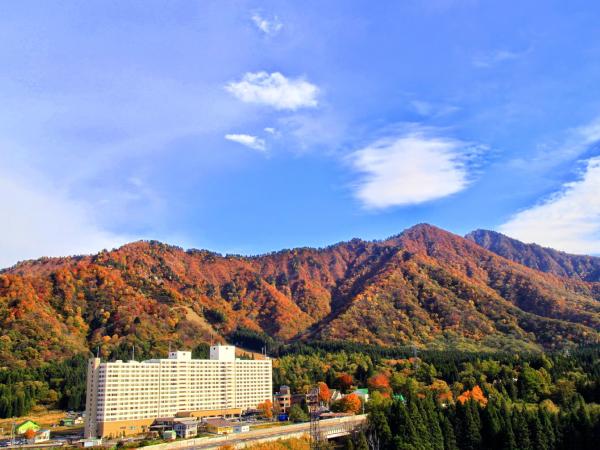 【ホテル外観(秋)】
