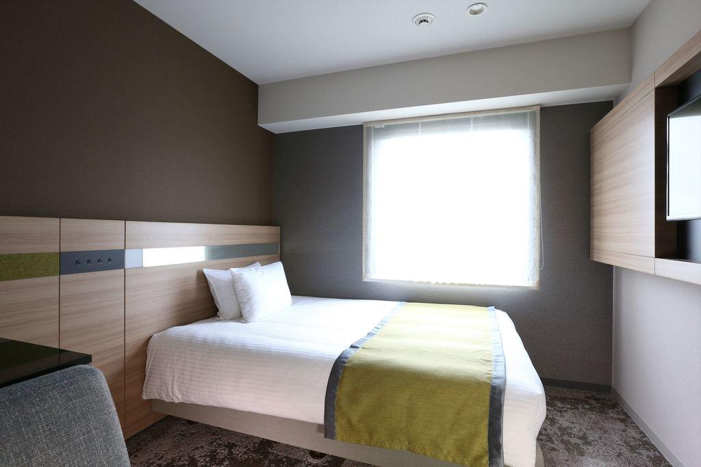 シングルベッドは140�p幅で広々