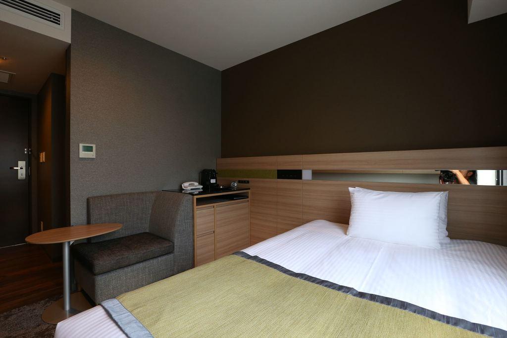 シングルルームは140�p幅ベッドで広々♪