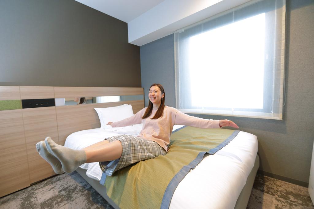 シングルルームは140�p幅ベッドで広々