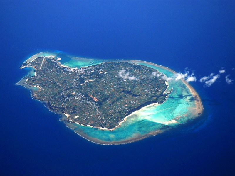 珊瑚礁と透明度抜群の海に囲まれた離島