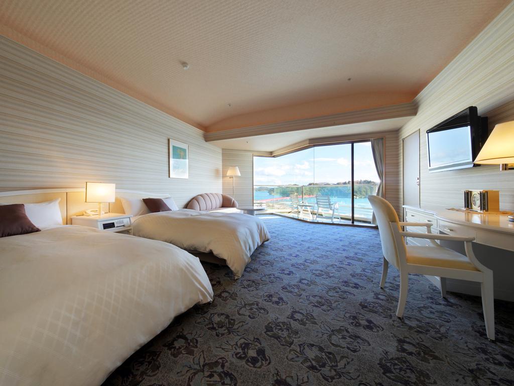 芭蕉亭特別室「月の間」(洋室)で松島湾の景観を