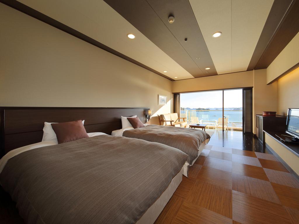 芭蕉亭特別室「さくら」(洋室)で松島湾の景観を